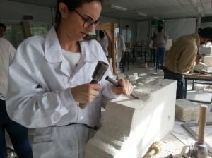 Alumno tallando pieza taller